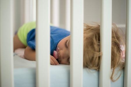 бебе, сън, играчки, кошара, легло