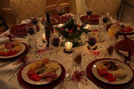 коледна трапеза, маса, покривка, осветление, свещи